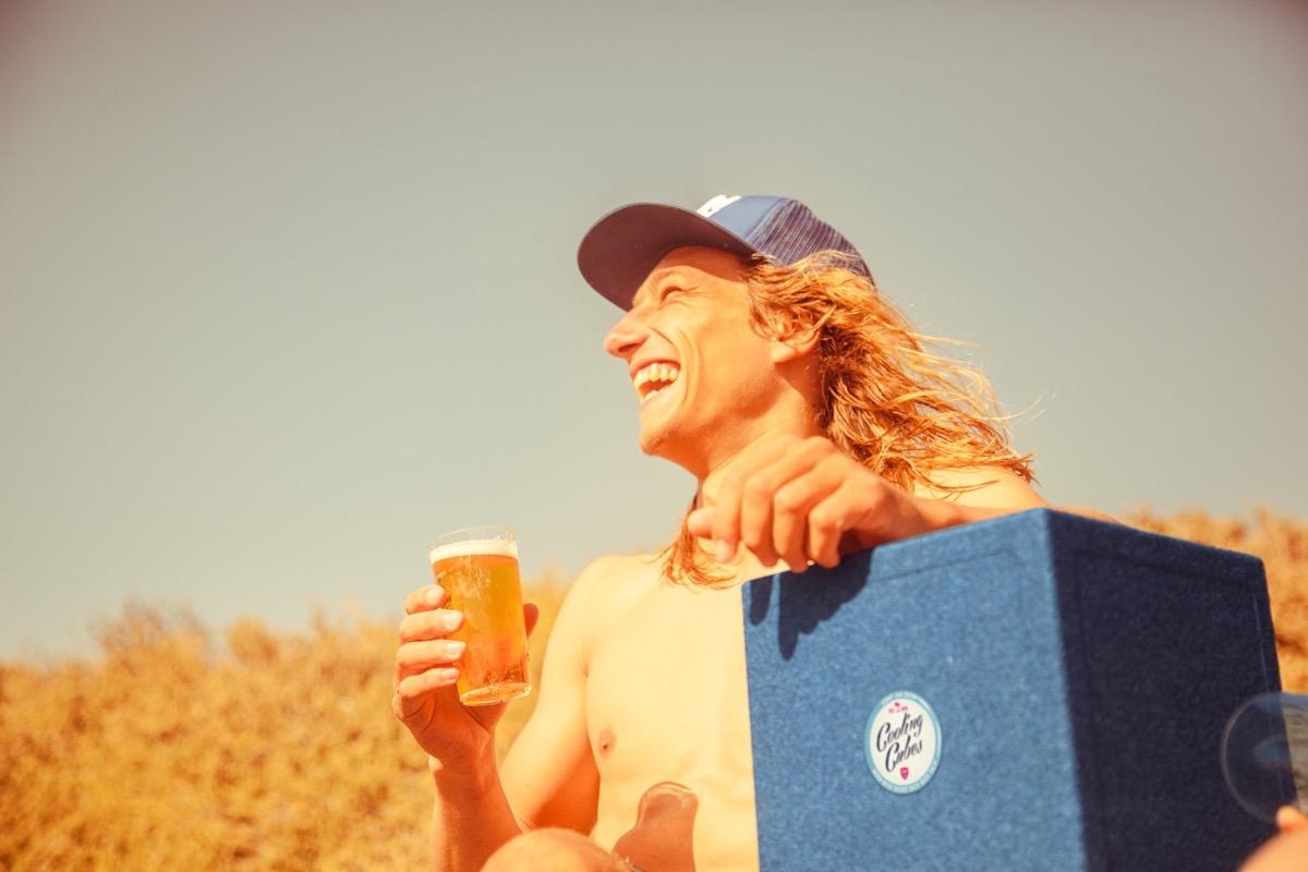 Cooling Cubes Marius Hoppe am Strand mit Bier