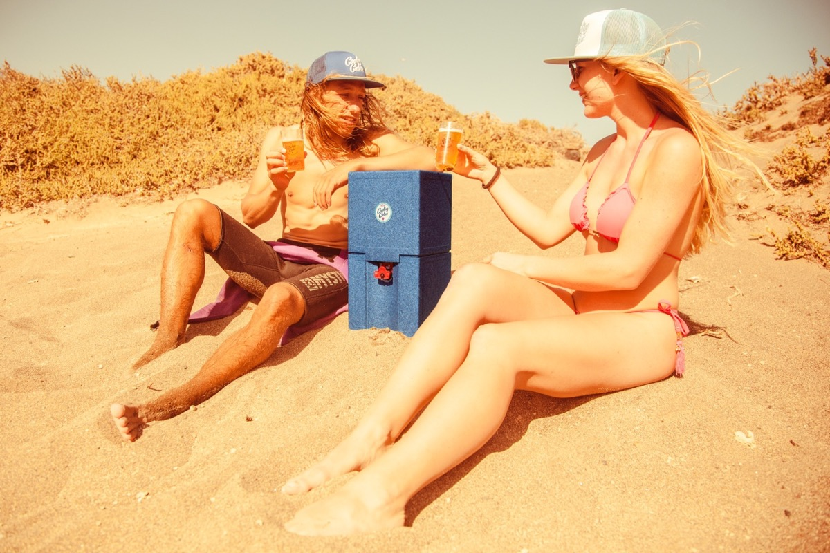 Cooling Cubes Marius Hoppe sitzt am Strand
