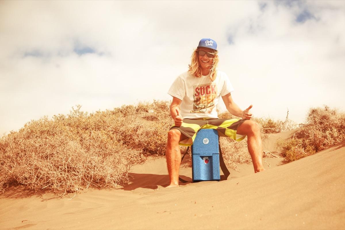 Cooling Cubes Marius Hoppe trägt den Cube am Strand