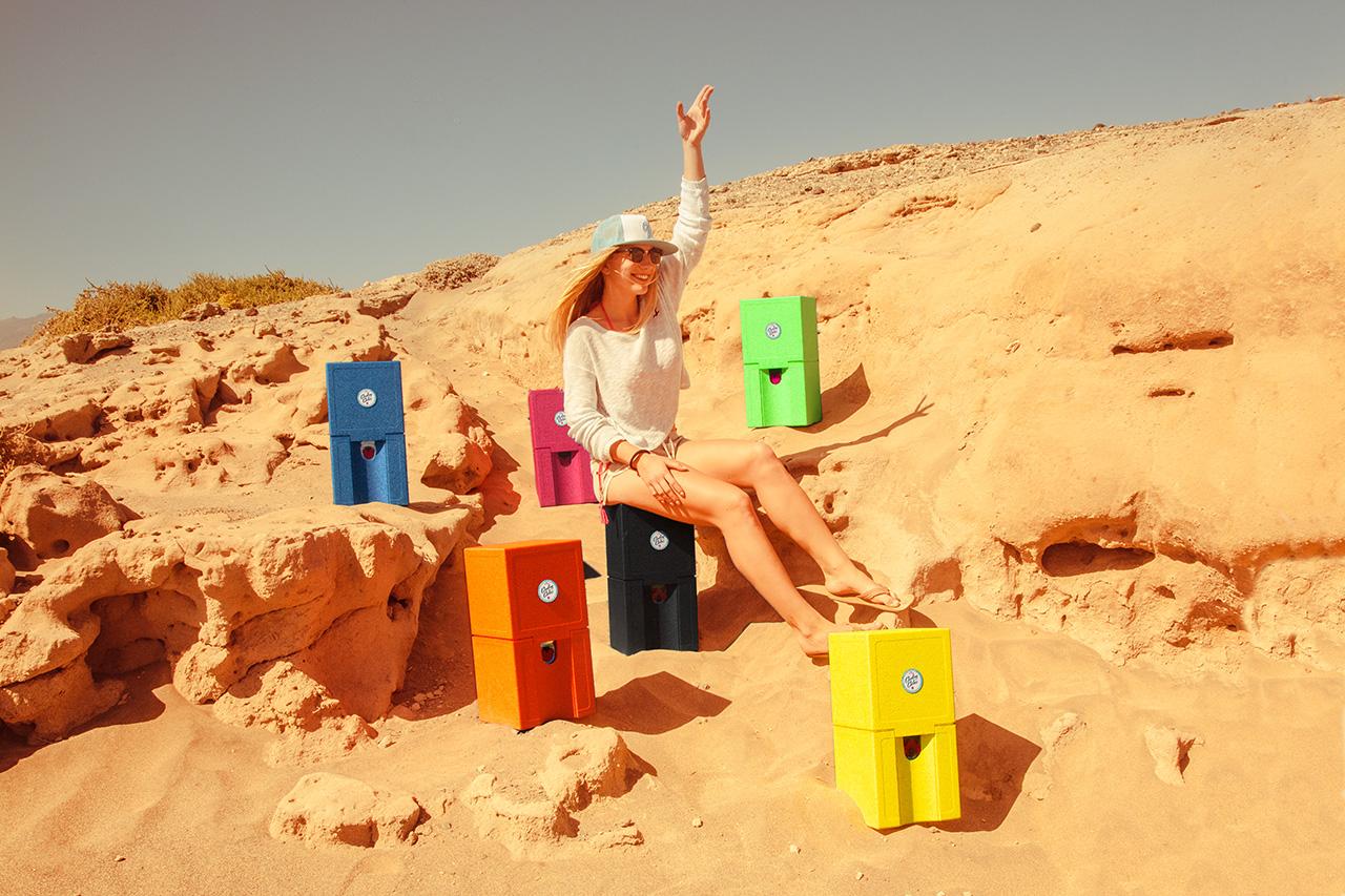 Tessa mit allen Cooling Cubes am Strand