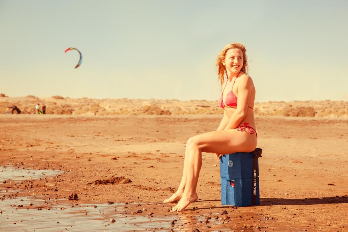 Cooling Cubes Tessa sitzt auf dem Cube am Strand